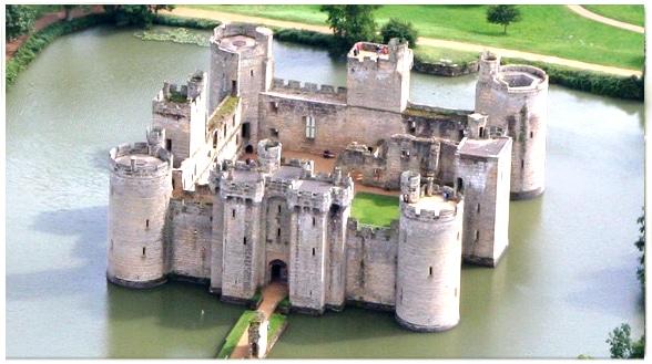 Château de Bodiam, Angleterre, XIVe, tribut tardif d'un chevalier anglais à l'architecture philippienne?