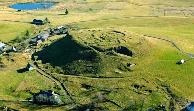 Motte Castrale de Brion, Puy de dome et apport de la photographie aérienne sur la détection des vestiges.