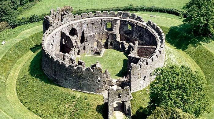 Autre château-fort de pierre bâti au XIIe, XIIIe supposément, sur une motte castrale normande du XIIe,