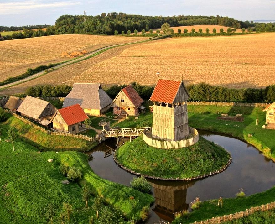 Reconstitution d'une motte castrale et sa basse-cour, Allemagne.