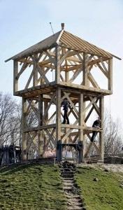 reconstitution_motte_castrale_holland_charpente_histoire_medievale_chateau_fort