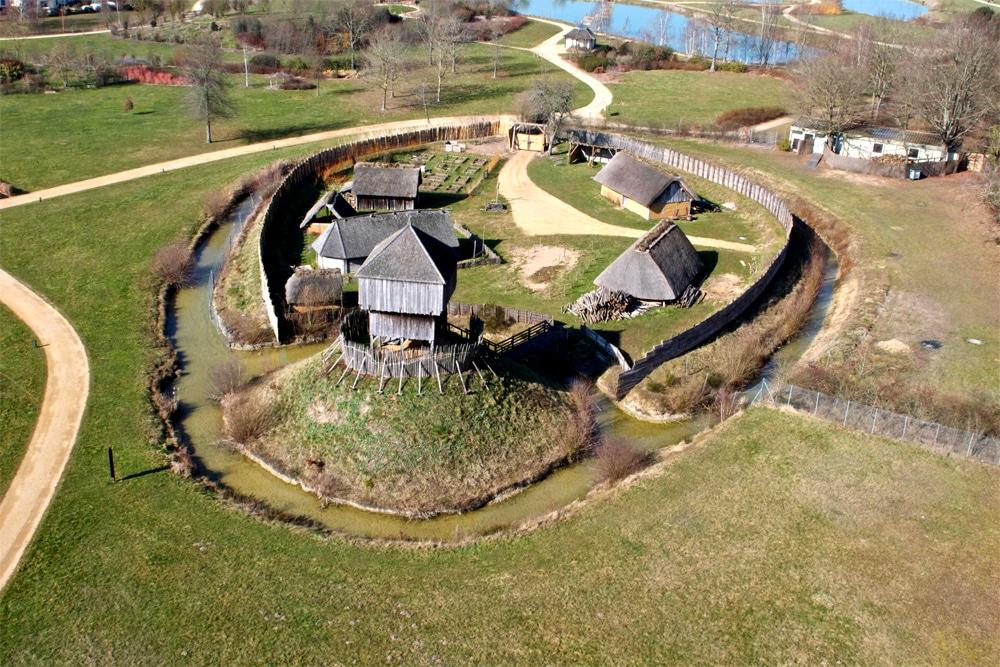 Merveilleus reconstitution d'une motte castrale du Xe, XIe. Plus d'infos sur le blog de ses passionnés sur www.armae.com !!!