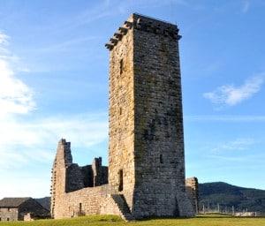 vestige_donjon_chateau_fort_tour_de_pierre_histoire_monde_medieval