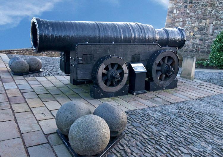 Mons Meg, château d'Edimbourg. Canon construit en 1449 par Philippe le Bon, et donné en cadeau au roi Jacques II d'Écosse, portée 2 miles (3 km!)
