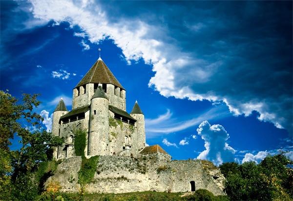 La majestueuse tour César de Provins, élevée sur une motte artificielle et datant du XIIe siècle
