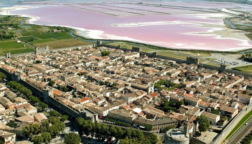 Une merveilleuse ville médiévale fortifiée au portes de la mer et au coeur des salins camarguais