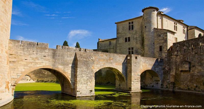 Le monde médiéval et les beautés de la ville d'Aigues Mortes en plein coeur de la Camargue