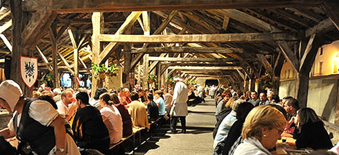 Ripailles et banquet médiéval sous les merveilleuses halles historique du XVe.