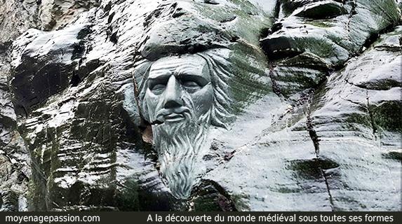 Merlin_enchanteur_sculpture_legendes_arthuriennes_roi_arthur_tintagel_site_archeologique_touristique_partrimoine_historique