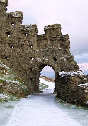 tintagel_chateau_legendes_roi_arthur_archeologie_histoire_medievale_lieu_historique_haut_moyen-age