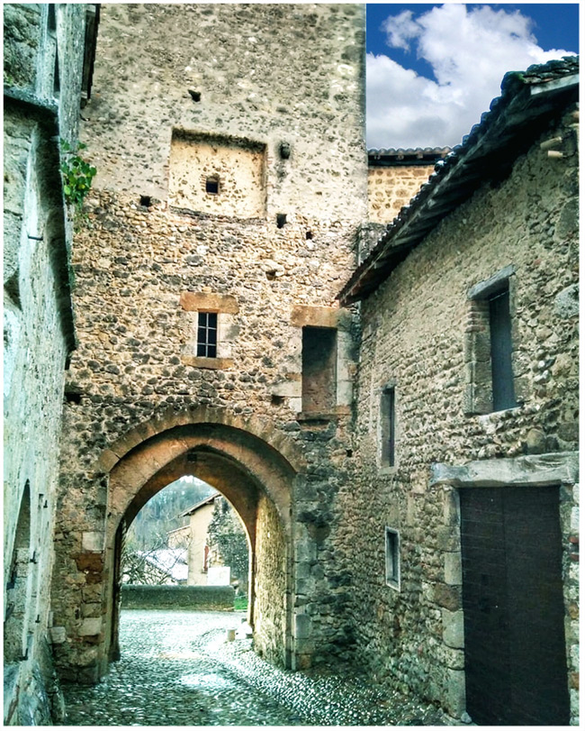 perouges_histoire_medievale_plus_beau_village_de_france_lieu_interet